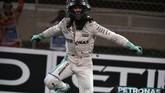 Namun pada akhirnya Nico Rosberg sukses finis di posisi kedua dan memastikan titel juara dunia F1 musim ini miliknya. Rosberg mengakhiri F1 musim ini dengan koleksi 385 poin, selisih lima angka dari Hamilton. (AFP PHOTO / MOHAMMED AL-SHAIKH)
