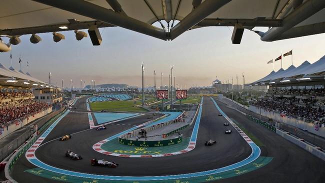 Nico Rosberg datang ke Sirkuit Yas Marina, tempat berlangsungnya GP Abu Dhabi dengan membawa selisih 12 poin atas Lewis Hamilton. Rosberg sendiri dalam kondisi tertekan lantaran selisih poinnya terpangkas sebesar 21 angka dalam tiga seri terakhir sebelum GP Abu Dhabi. (AFP PHOTO / KARIM SAHIB)
