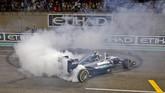 Nico Rosberg saat melakukan perayaan kesuksesan atas titel juara dunia yang diraihnya. Ini adalah gelar juara dunia F1 perdana dalam karier Rosberg. (AFP PHOTO / MOHAMMED AL-SHAIKH)