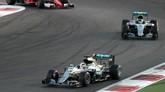 Nico Rosberg start di posisi kedua di belakang Lewis Hamilton dan ia mendapatkan tekanan yang kuat dari Max Verstappen serta Sebastian Vettel yang ada di belakangnya sepanjang lomba berlangsung. (AFP PHOTO / KARIM SAHIB)