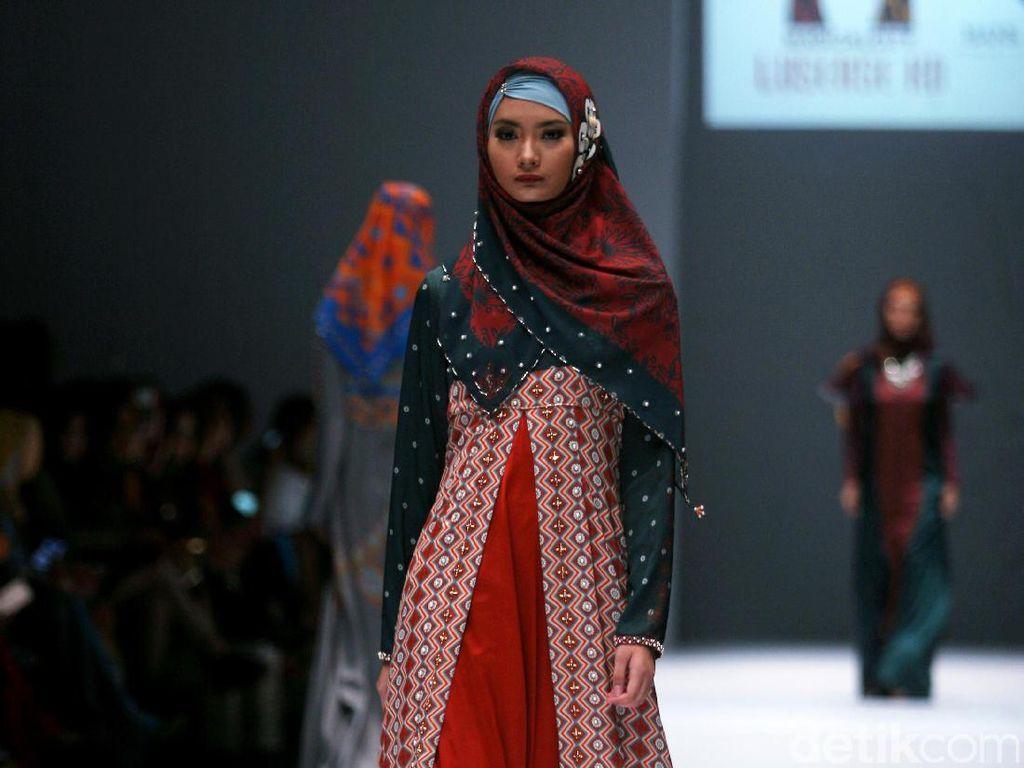 Foto: Koleksi Lusense Krisdayanti di Jakarta Fashion Week 2017