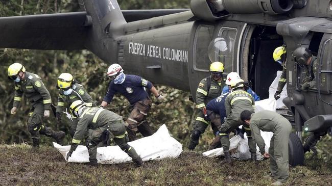 Para jenazah korban pesawat ke Kolombia langsung dievakuasi dari lokasi kejadian di dekat Kota Medellin. Sebanyak 71 penumpang tewas dilaporkan dalam kecelakaan tersebut. (REUTERS/Jaime Saldarriaga)