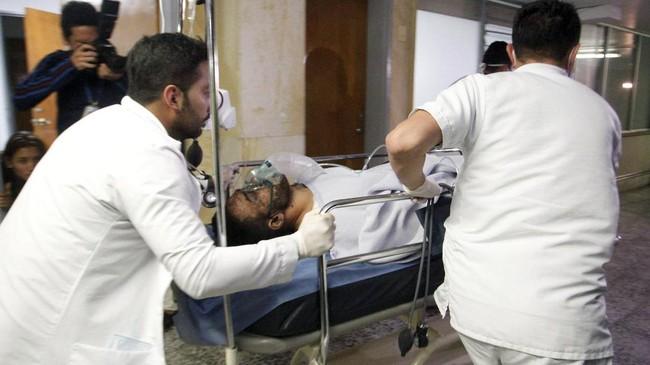 Satu penumpang kecelakaan pesawat yang selamat segera mendapatkan penanganan medis dari petugas rumah sakit di Kota Medellin, Kolombia. (REUTERS/Guillermo Ossa)