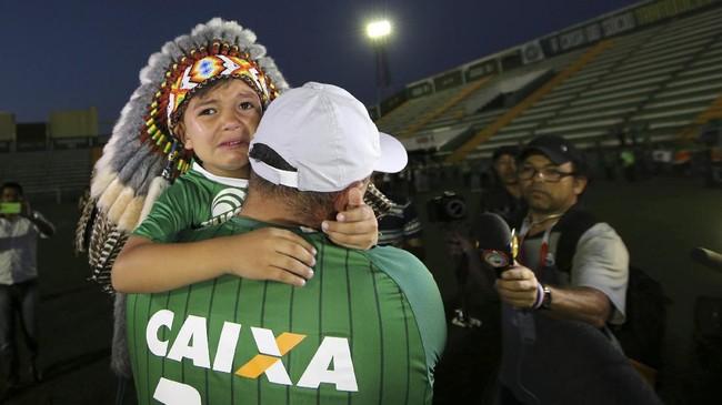 Duka fan Chapecoense. Klub-klub Serie A Brasil meminta jangan ada degradasi untuk tim tersebut musim ini. Klub tersebut bahkan diusulkan juara Copa Sudamericana 2016 setelah laga final ditunda. (REUTERS/Paulo Whitaker)