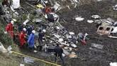 Tim SAR gabungan Kolombia melakukan upaya evakuasi korban meninggal dan penyelamatan terhadap korban yang selamat karena kecelakaan pesawat di Kolombia. (REUTERS/Jaime Saldarriaga)