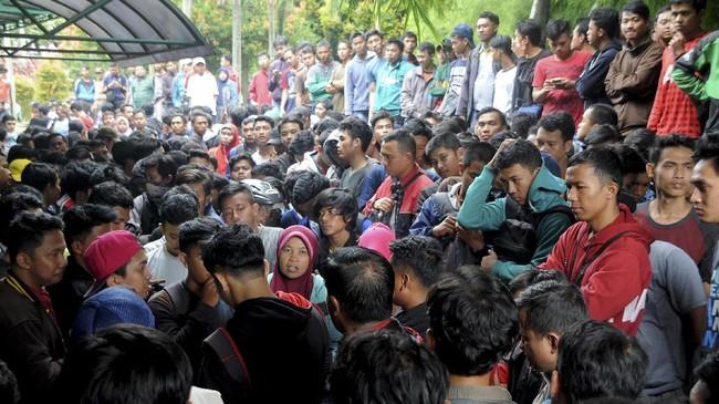Panitia penjualan menyatakan seluruh dari 10 ribu tiket telah habis terjual pada sekitar pukul 10.00 WIB. Hal itu menimbulkan keresahan di kalangan pendukung timnas Indonesia yang belum mendapatkan tiket. (ANTARAFOTO/Yulius Satria Wijaya)