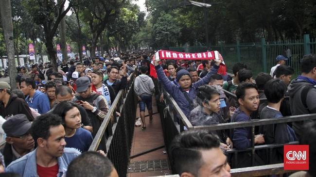 Setelah evaluasi atas rencana 100 persen penjualan daring, maka PSSI, AFF, dan jasa penjualan tiket resmi memutuskan ada 10 ribu tiket yang dijual langsung. (CNN Indonesia/Denny Aprianto)