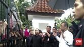 Akhirnya sebagian dari pendukung timnas Indonesia yang tak kebagian membeli tiket mengadu ke Kementerian Pemuda dan Olahraga. Tampak jubir Kemenpora Gatot S Dewabroto yang menerima para pendukung timnas Indonesia. (CNN Indonesia/Titi Fajriyah)