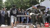 Petugas keamanan menjaga situasi penjualan tiket di loket Gelora Bung Karno, Jakarta. Salah satunya diamankan oleh para petugas Polisi Militer berikut. (CNN Indonesia/Denny Aprianto)