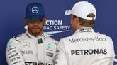 Hubungan keduanya sempat memburuk di akhir musim lalu. Bahkan, ketika Hamilton memastikan gelar juara dunia pun sempat ada insiden Rosberg melemparkan topi ke arah Hamilton. (AFP PHOTO / ANDREJ ISAKOVIC)