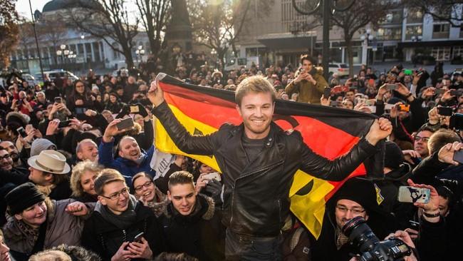 Rosberg menganalogikan keberhasilan menjadi juara dunia seperti mencapai puncak gunung. Ia mencapai mimpi menyamai raihan ayahnya, Keke Rosberg. (AFP/Andreas Arnold / Germany OUT)