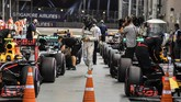 Bukan persoalan mudah menjadi rekan setim Hamilton. Rosberg pun harus berkali-kali menelan pil pahit melihat Hamilton naik podium dan merebut gelar juara dunia. (AFP PHOTO / MOHD RASFAN)