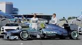 Seusai menjadi rekan setim Schumacher selama tiga musim, Rosberg kemudian harus bersaing dengan juara dunia lainnya, Lewis Hamilton, yang bergabung mulai 2013. (AFP PHOTO/ CRISTINA QUICLER)