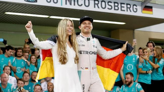 Menurut Hamilton, Rosberg ingin mencurahkan perhatian kepada keluarganya karena menjadi pebalap F1 memang sangat menyita waktu. Rosberg sendiri belum menyatakan tujuan selanjutnya seusai pensiun. (REUTERS/Ahmed Jadallah)