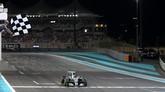 Setelah 10 musim membalap, Rosberg akhirnya mencapai mimpi menjadi juara dunia ketika melintasi garis finis GP Abu Dhabi. Di klasemen akhir F1 2016, Rosberg unggul lima poin dari Hamilton. (AFP PHOTO / MARWAN NAAMANI)