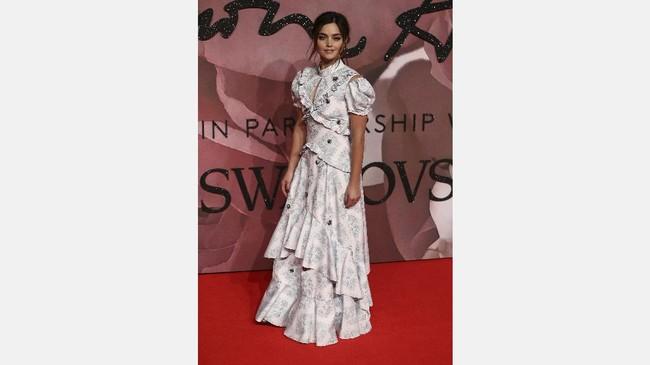 Tak hanya langsing, aktris Jenna Coleman juga awet muda. Siapa sangka usianya 30 tahun? Walau mengenakan gaun dari Erdem yang dihiasi banyak lipit kala menghadiri British Fashion Awards, tak membuatnya terlihat 'bengkak.' (REUTERS/Neil Hall)