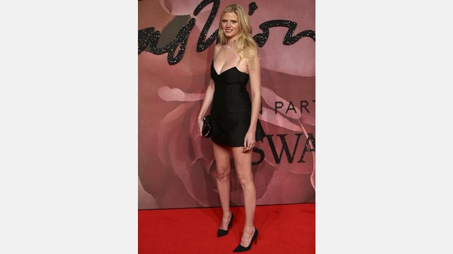 Tak perlu banyak atribut, cukup mengenakan little black dress, penampilan Lara Stone sudah memikat. Setali tiga uang dengan Daisy Lowe, model asal Belanda berusia 32 tahun ini juga memiliki tubuh seksi yang padat berisi. (REUTERS/Neil Hall)
