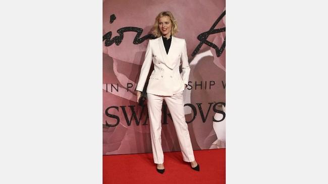 Sama seperti supermodel seangkatannya, Naomi Campbell, tubuh Eva Herzigova pun tetap langsing. Sekalipun mengenakan setelan jas dan celana panjang putih kreasi Dolce Gabbana, ia tidak tampak lebar. Tetap 'tipis' dan menawan. (REUTERS/Neil Hall)
