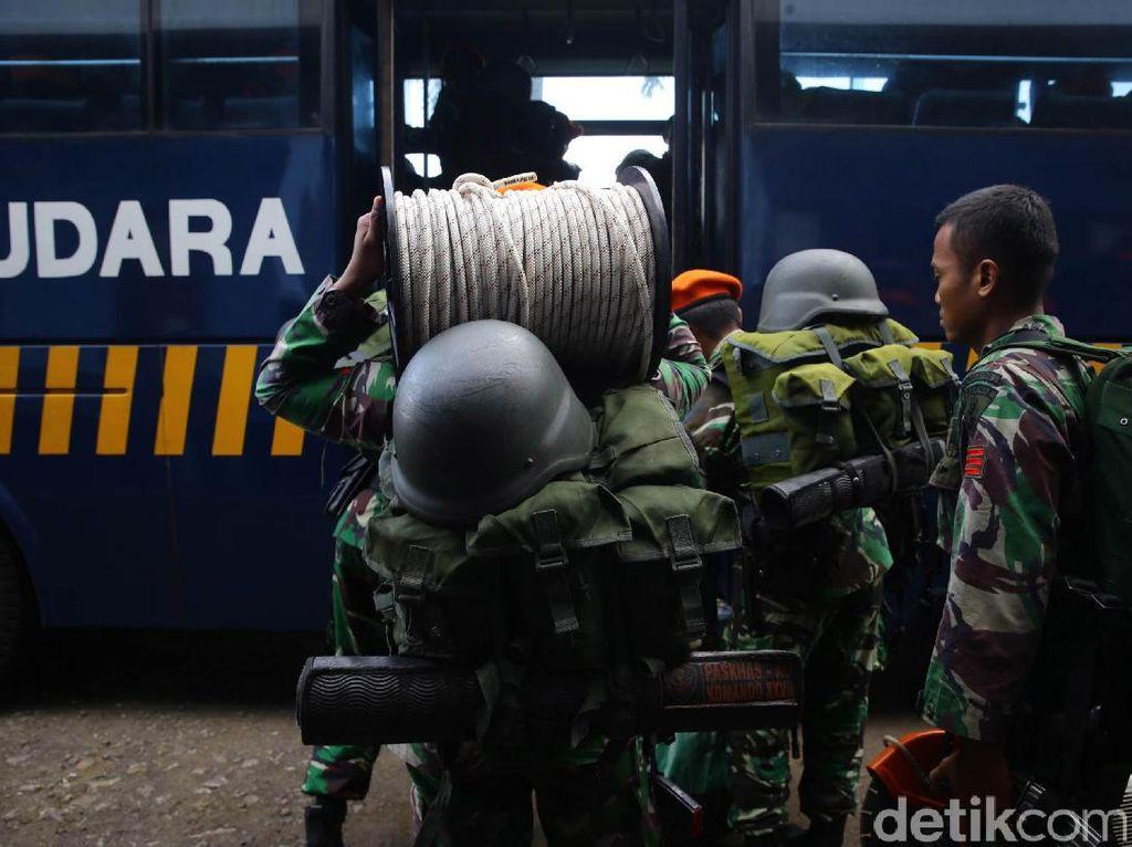 Pasukan tersebut akan diperbantukan untuk menambah pasukan SAR yang sudah terlebih dahulu tiba di lokasi bencana gempa.