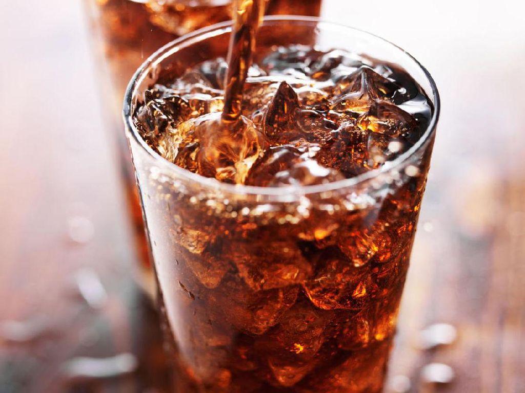 Konsumsi minuman diet soda secara berlebih bisa pengaruhi kepadatan tulang, menyebabkan depresi, hingga hipertensi. Ganti minuman diet soda dengan minuman yang lebih sehat. Foto: Getty Images
