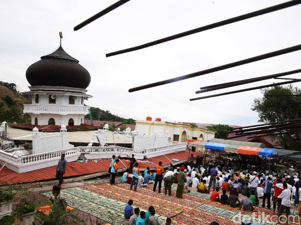 Dari sekitar 71 masjid yang rusak, salah satunya adalah masjid JamiQuba di kawasan Pangwah, Aceh.