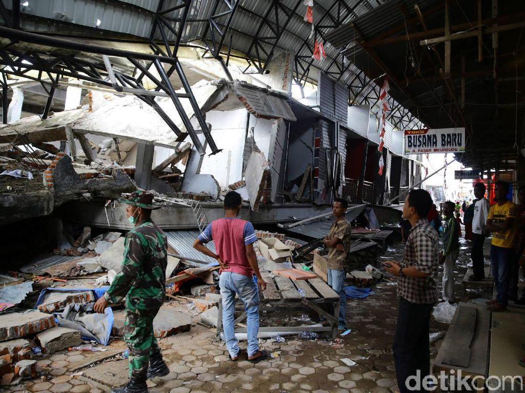 Kios di Pasar Meureudu yang roboh akibat gempa.