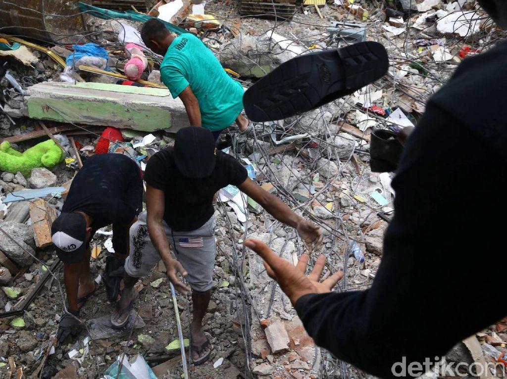 Sejumlah warga sedang mengambil barang dagangan yang tertimbun reruntuhan di Pasar Meureudu, Pidie Jaya, Aceh, Jumat (9/12/2016).