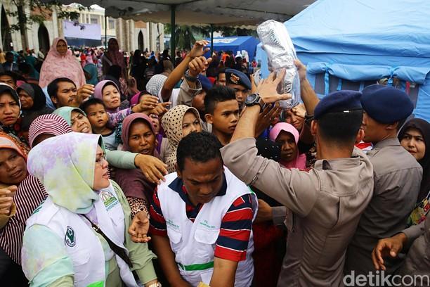Warga Pidie Terima Bantuan Kemanusiaan