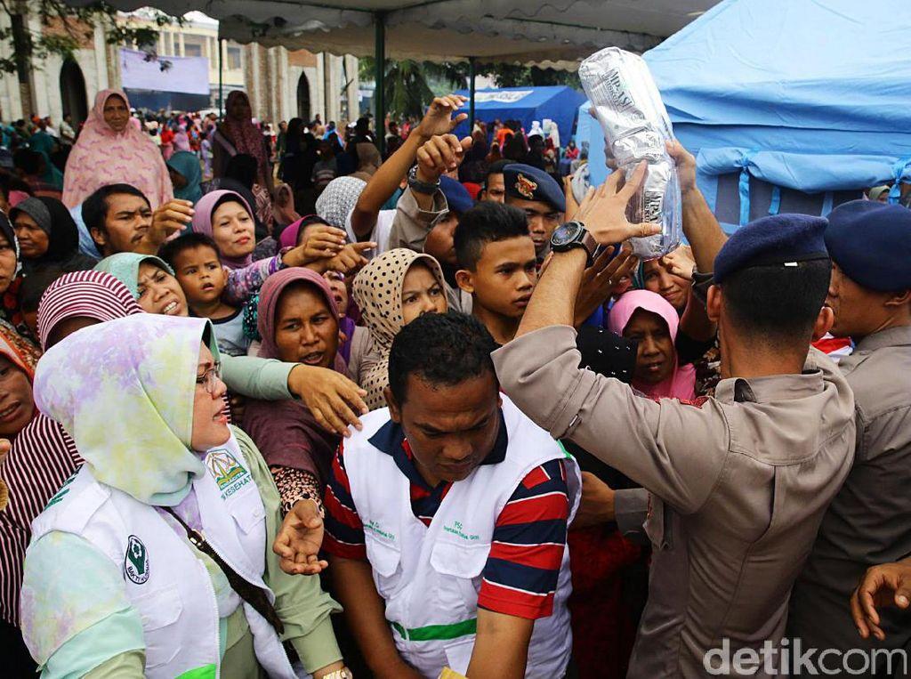 Sejumlah warga Pidie, Aceh, menerima bantuan kemanusiaan, Jumat (9/12/2016).