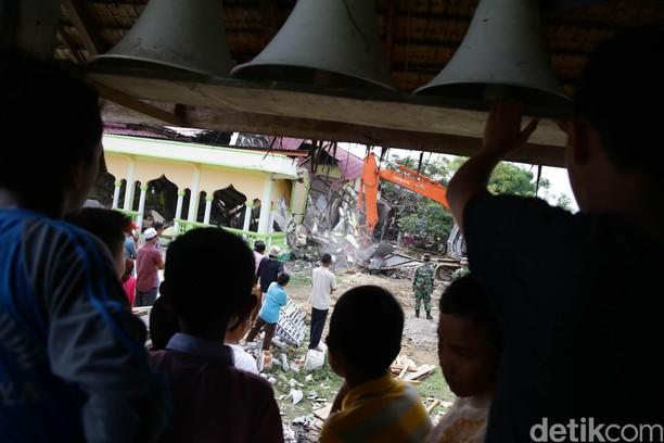 Warga Pidie Jaya Bangun Musala Darurat