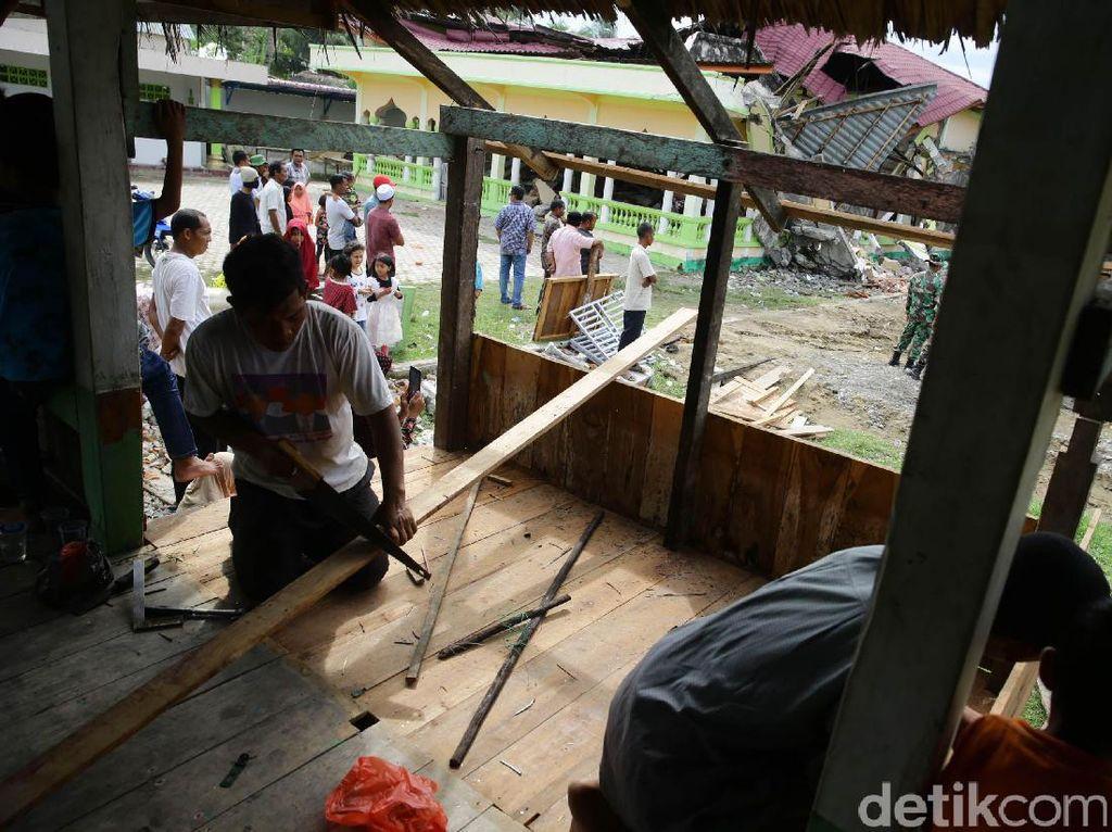 Warga bergotong-royong membangun musala darurat di Kampung Rhieng Krueng, Pidie Jaya.