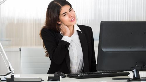 Nyeri Leher dan Pinggang Akibat Tiap Hari Duduk di Depan Laptop