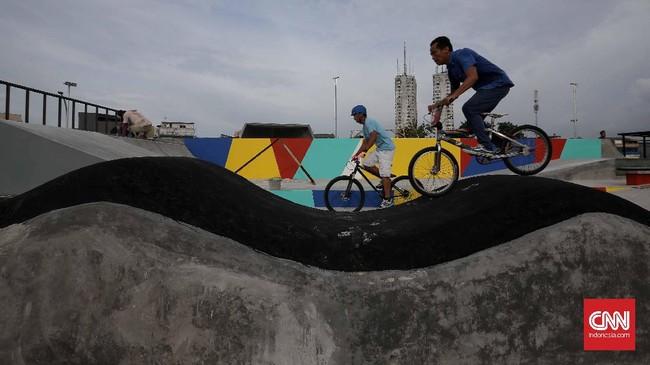 Tak hanya skate park, terdapat juga area BMX yang saling berdekatan. Pembangunan kedua area itu memperjelas niat pemerintah kota yangingin agaranak muda Jakarta selalu berkegiatan positif.(CNN Indonesia/Safir Makki)