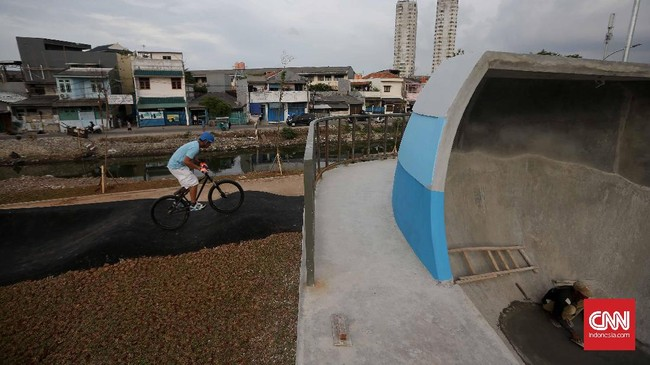 Seorang mountain biker, Andre Palmer, mencoba trek sepeda di sini. Sejumlah infrastrukturdi RPTRA Kalijodo, mulai dari lampu taman, toilet umum,jogging tracksampai skate park, telah memasuki tahap penyelesaian pembangunan.(CNN Indonesia/Safir Makki)