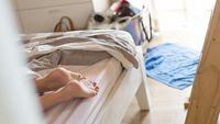 Pakaian bisa membuat tekanan pada sendi yang sedang sakit menjadi semakin sakit karena asam urat. Jika Anda merasakan sakit pada bagian lutut, untuk sementara lepaskan celana Anda dan berbaringlah pada tempat tidur Anda. (Foto: Ilustrasi/Thinkstock)