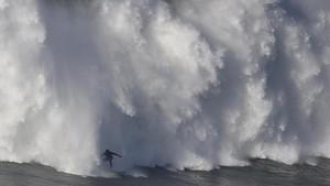 Ombak Tinggi, Wisatawan Pantai Selatan Diminta Tak Berenang