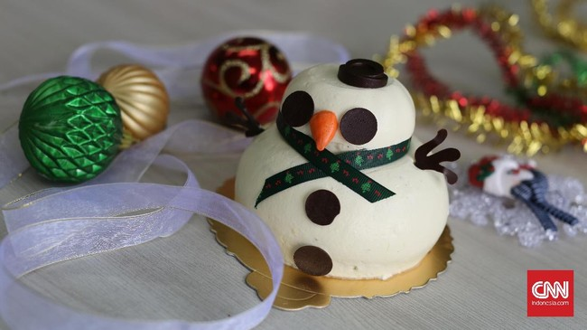 Selain diolesi cokelat leleh, kue bolu juga bisa dilapis krim keju dan dibentuk semi bulat menyerupai manusia salju. Tambahkan keping cokelat atau biskuit mini untuk mata, marzipan untuk hidung dan tangan, juga pita sebagai 'syal.' (CNN Indonesia/Safir Makki)