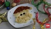 Siapa tidak gemas bila disuguhi spageti berkarakter seperti ini. Gunakan garpu untuk 'mengerol' helai pasta menyerupai rambut dan janggut Sinterklas. Untuk topi dan matanya menggunakan saus tomat dan irisan buah zaitun. (CNN Indonesia/Safir Makki)