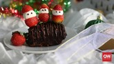 Paduan bolu cokelat, stroberi dan marshmello tak pernah membosankan, terutama bagi anak-anak. Apalagi jika stroberi dan marshmello dibentuk ala sinterkelas atau kurcaci lucu. Tak hanya dihidangkan, juga menarik sebagai hantaran. (CNN Indonesia/Safir Makki)