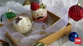 Selain bolu, suguhan bertekstur lembut macam mouse dan puding bisa menjadi alternatif untuk pesta Natal. Hiasi dengan cokelat leleh, yang menyerupai wajah karakter ala komik. Tambahkan topping cokelat dan buah. (CNN Indonesia/Safir Makki)