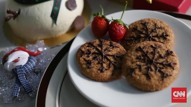 Bila kue jahe terbilang 'rempah-rempah banget,' maka sebagai alternatifnya bisa disuguhkan kue kering rasa cokelat yang manis. Gunakan cokelat leleh untuk membuat hiasan butir salju, atau bentuk lain. (CNN Indonesia/Safir Makki)