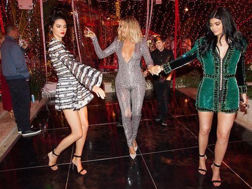 Foto: Melihat Kembali Gaya Busana Kardashian-Jenner Saat Rayakan Natal