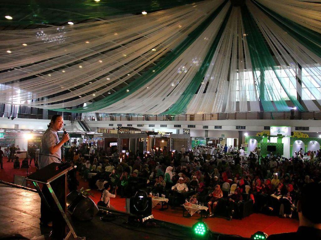 Wakil Ketua Lesbumi PBNU Sabrang Mowo Damar Panuluh (Noe Letto) menghibur pengunjung dengan menyanyikan beberapa lagu. Djunaedi/PBNU.