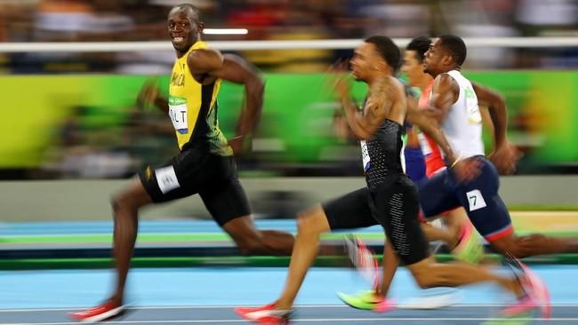 Salah satu yang paling ikonik dari Usain Bolt adalah memalingkan wajah sembari tersenyum saat memasuki garis finis di babak semifinal nomor 100 meter di Olimpiade Rio de Janeiro 2016. (REUTERS/Kai Pfaffenbach)