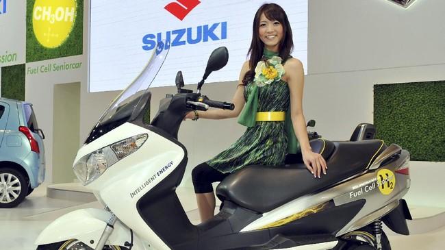 SuzukiBurgman Fuel-Cell Scooter merupakan kendaraan roda dua hibrida dengan konsep futuristik layaknya sebuah mobil konsep dengan nol emisi yang mengandalkan hidrogen sebagai sumber daya. (AFP PHOTO/Katsumi Kasahara)
