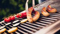 Selain daging dari hewan kurban, biasanya di malam hari sanak keluarga akan berkumpul dan membuat barbecue dengan daging olahan seperti sosis. Sayangnya, mengonsumsi 50 gram daging olahan menurut Badan Kesehatan Dunia (WHO) dapat meningkatkan risiko kanker usus sebesar 18 persen. (Foto: iStock)