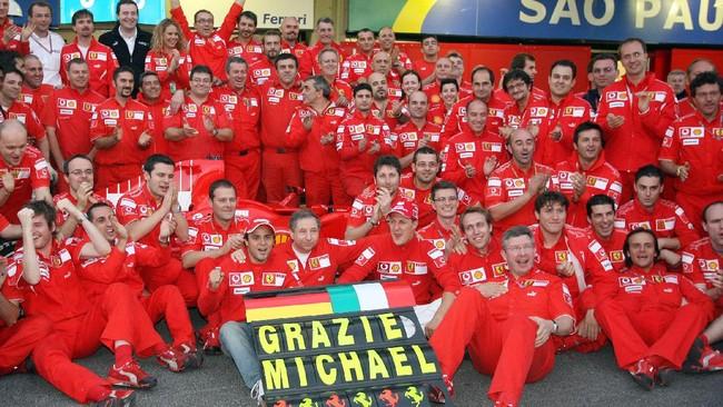 Schumacher pernah mengakhiri masa pensiun dan kembali membalap bersama Mercedes. Pada akhirnya ia pensiun untuk yang kedua kali pada akhir musim 2012. (AFP PHOTO /MARCUS BRANDT)