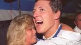 Schumacher mendapatkan selamat dari kekasihnya, Corinna, setelah merebut gelar juara dunia kedua bersama Benetton pada 1994. Di musim itu Ayrton Senna tewas di Imola dan Schumacher mengambil alih kejayaan Senna. (AFP PHOTO / TORSTEN BLACKWOOD)