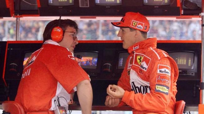 Schumacher tak datang sendirian ke Ferrari, tapi juga turut membawa otak di balik kesuksesan Benetton, Ross Brawn. Keduanya membangun mobil Ferrari yang di kemudian hari akan mendominasi dunia balapan. (AFP PHOTO / ERIC CABANIS)