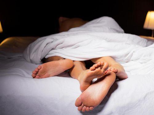 Bercinta Saat Istri Hamil 5 Bulan, Amankah Ejakulasi di Dalam?